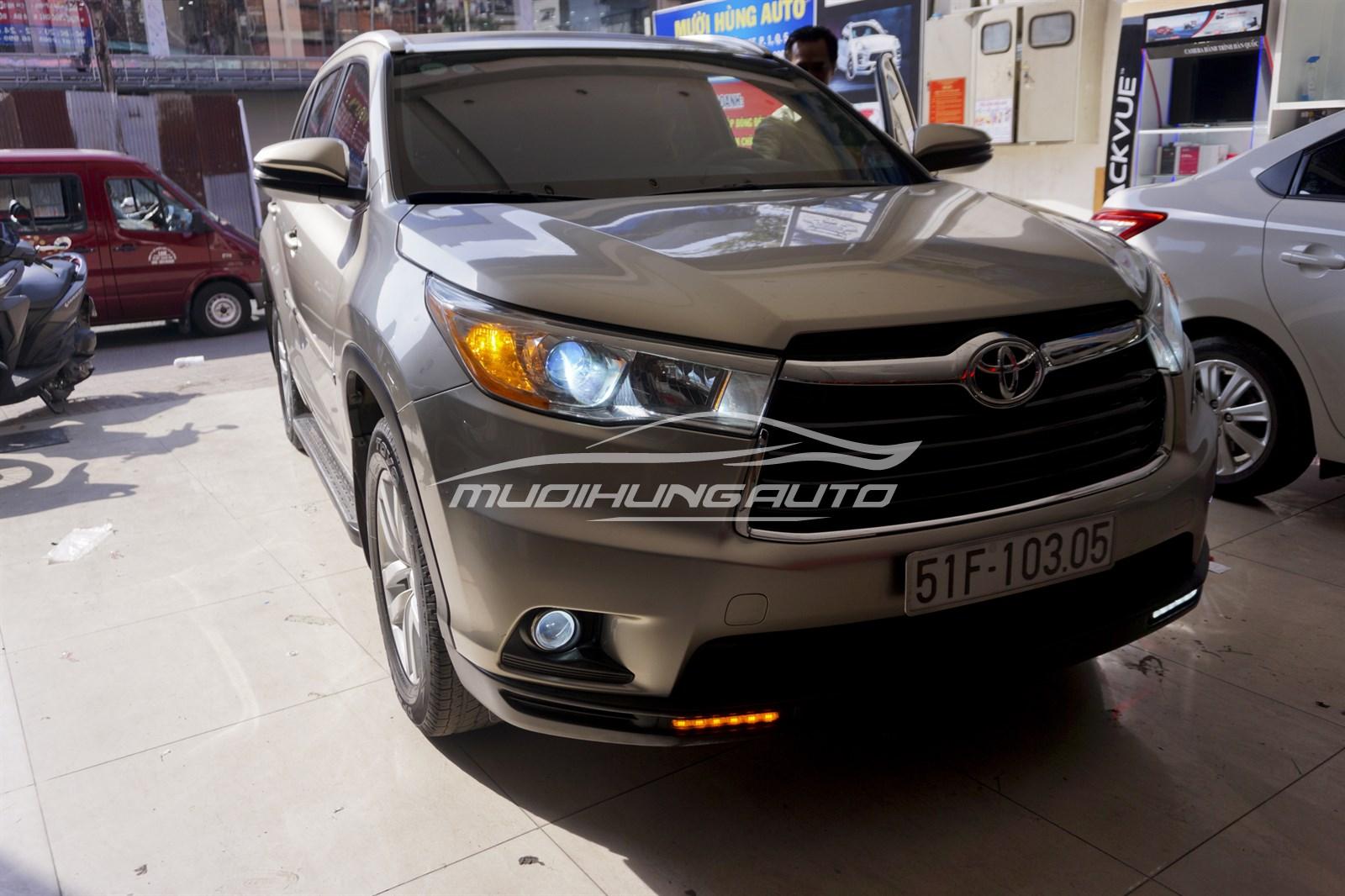 Thay đèn pha nguyên bộ Toyota Hinglander 2015