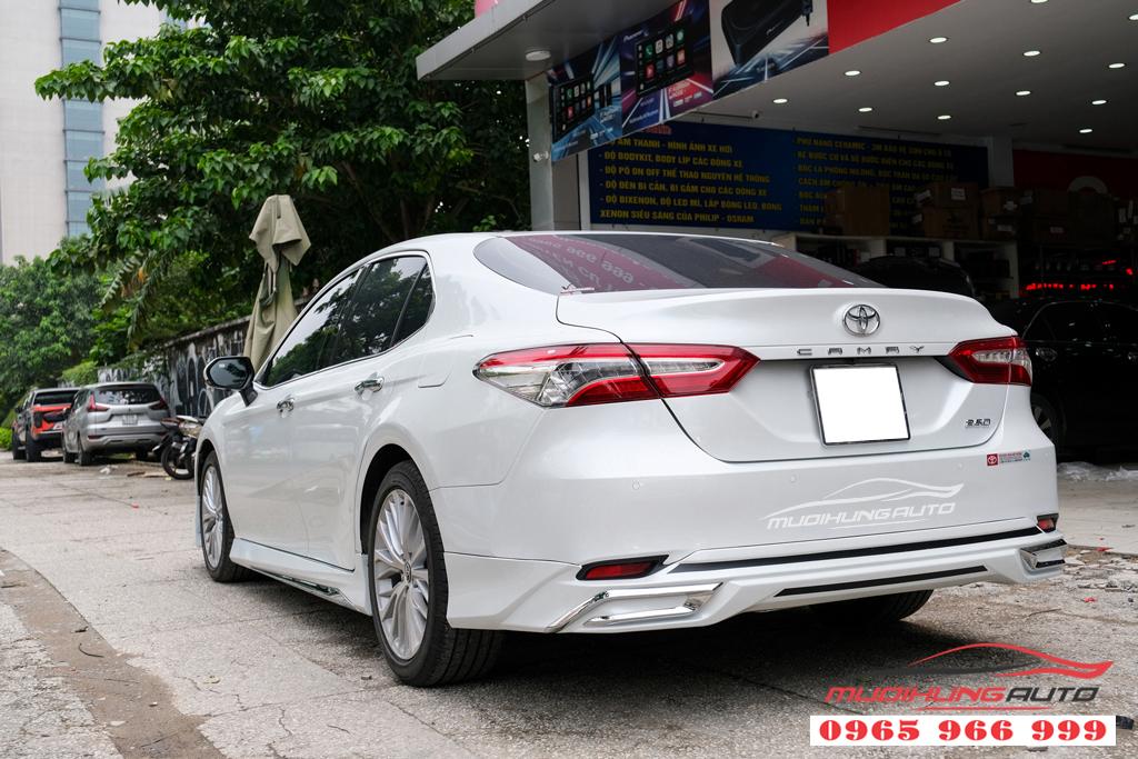 Toyota Camry độ body lip Lexus màu trắng chính hãng tại TPHCM