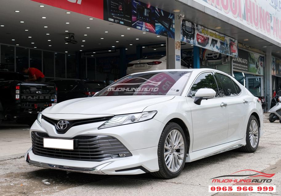 Toyota Camry độ body lip Lexus màu trắng chính hãng tại TPHCM 11